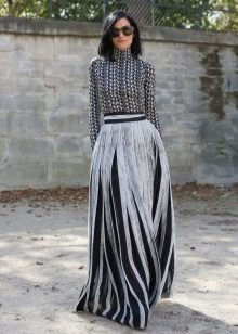 черно-белая юбка макси с продольными  полосами