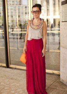 красная юбка-макси в вечернем образе