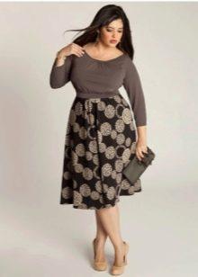 расклешенная юбка с крупным рисунком для полных женщин