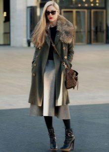 Пальто с меховой опушкой в сочетании с юбкой солнце для девушек с фигурой типа Груша