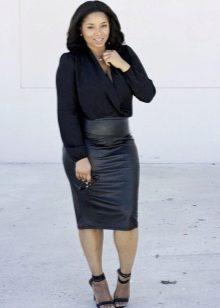 Черная юбка в сочетании с черной рубашкой для девушек с фигурой типа Яблоко