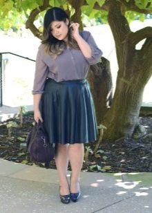 Кожаная юбка А-силуэта для девушки с фигурой типа Яблоко