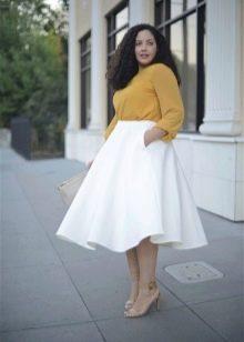 Коническая белая юбка для полных