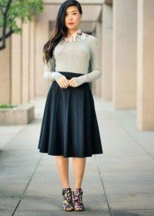 Коническая юбка средней длины в сочетание с серой кофточкой