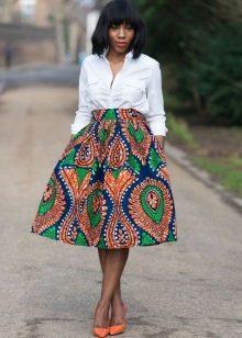 Коническая юбка средней длины с этническим принтом