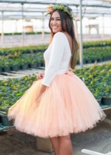 Короткая пышная юбка бачка абрикосового цвета