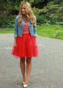 Короткая пышная красная юбка с джинсовкой