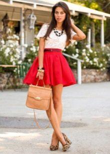 Короткая пышная красная юбка на лето