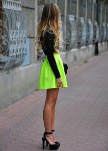 Короткая пышная желтая (неоновая) юбка на лето