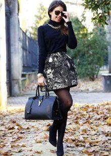 Короткая пышная черная юбка колокольчик с принтом