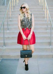 Короткая пышная юбка колокольчик красного цвета