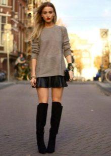 Кожаная юбка солнце в сочетании с замшевыми ботфортами