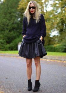 Кожаная юбка солнце в сочетании с ботиночками на шпильке