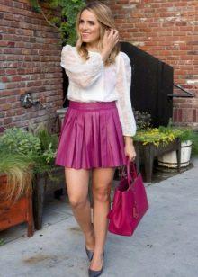 Кожаная юбка солнце в сочетании с белой рубашкой