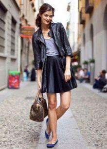 Короткая черная кожаная юбка солнце