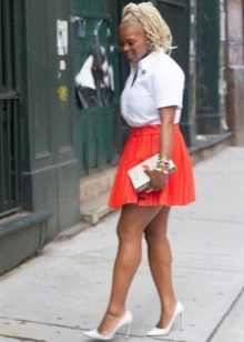 Короткая красная кожаная юбка солнце