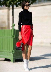 Красная кожаная юбка карандаш с запахом в сочетании с белыми ботинками и черной водолазкой
