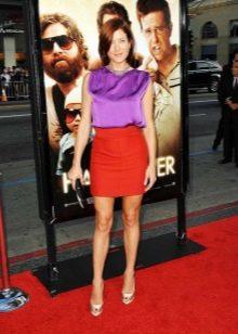 Красная юбка карандаш в сочетании с золотыми туфлями