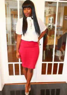 Красная юбка карандаш в сочетании с белой блузой