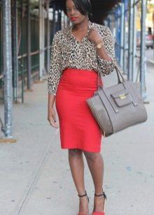 Красная юбка карандаш с леопардовой рубашкой
