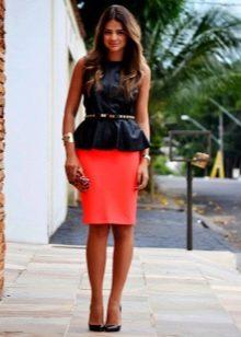 Красная юбка карандаш в сочетании с кожаным топом с баской