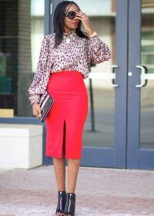Красная юбка карандаш в сочетании с леопардовой блузой