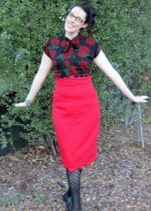 Красная юбка карандаш в сочетание с блузкой  с цветочным принтом
