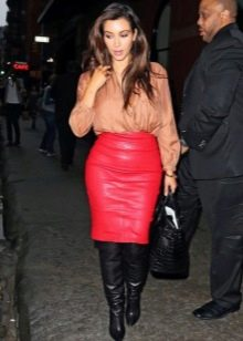 Красная юбка карандаш из кожи