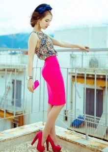 Ярко розовая юбка карандаш