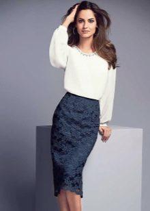 юбка-карандаш из кружевной ткани с белой блузой