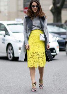 желтая кружевная юбка-карандаш