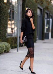 кружевная юбка-карандаш с черным свитером