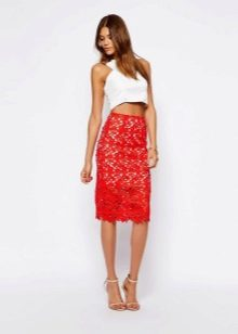 красная кружевная юбка-карандаш средней длины