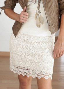 кружевная юбка-карандаш с кожаной курткой