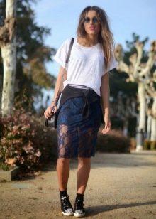 кружевная юбка-карандаш в спортивном образе