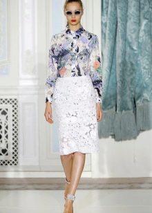 белая кружевная юбка-карандаш с пестрой блузкой