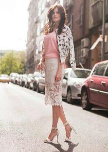 белая кружевная юбка-карандаш с роховой майкой