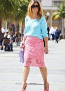 розовая кружевная юбка-карандаш  с голубым свитером