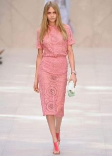 розовая юбка-карандаш из гипюра