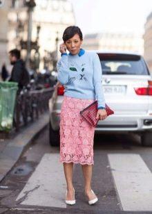 кружевная юбка-карандаш  с голубым свитером