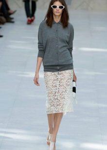 кружевная юбка-карандаш с серым джемпером