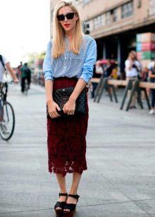 кружевная юбка-карандаш с босоножками на платформе