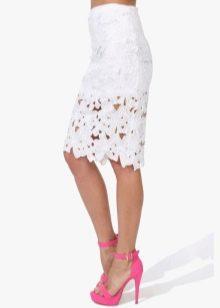 белая кружевная юбка-карандаш  с яркой обувью