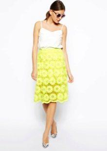 Кружевная юбка до колена сочного цвета