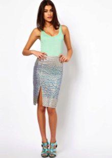 Блестящая юбка карандаш с разрезом