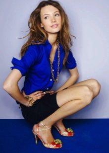 микро юбка с синей рубашкой