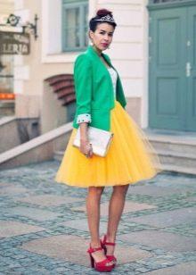 Многослойная желтая юбка в сочетании с жакетом