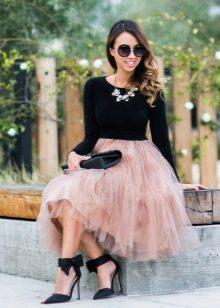 Многослойная юбка в сочетании с обтягивающим топом
