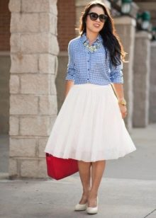 Многослойная юбка в сочетании с рубашкой