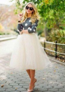 Многослойная юбка в сочетании с балетками